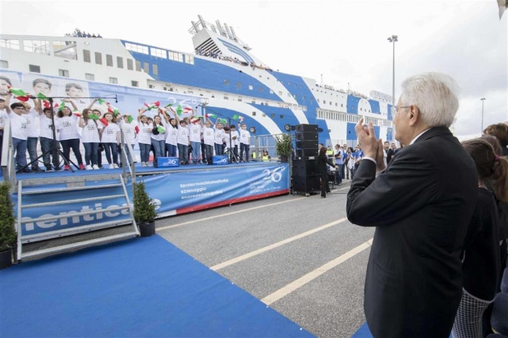 Il presidente della Repubblica Sergio Mattarella alla partenza della nave della legalità (Ansa)
