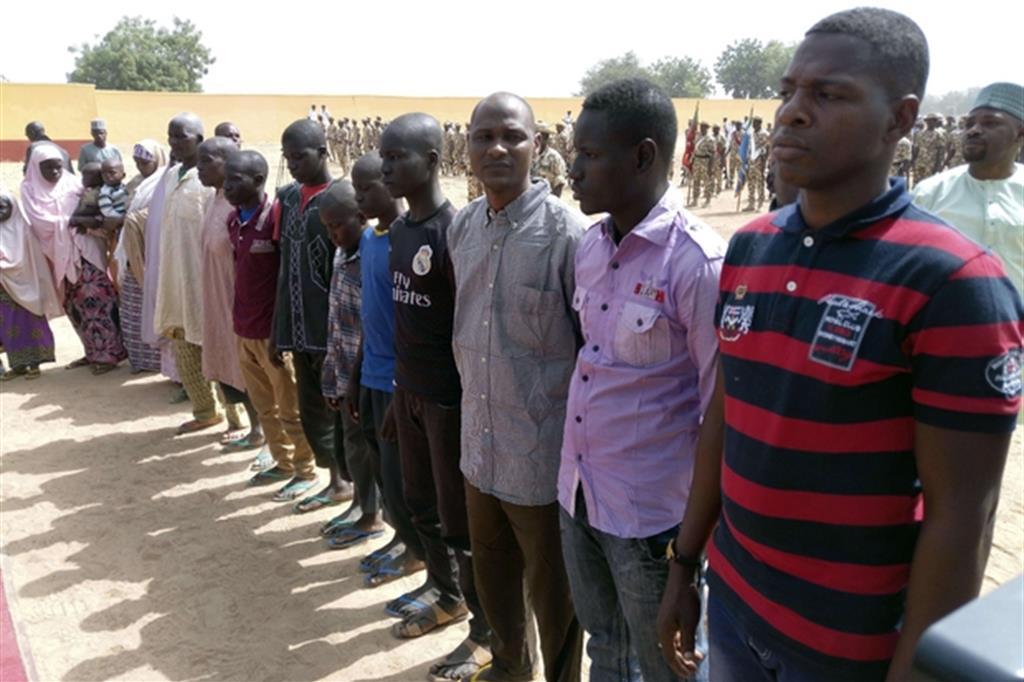Un gruppo di ex miliziani di Boko Haram liberati a Maiduguri (Ansa/Ap)