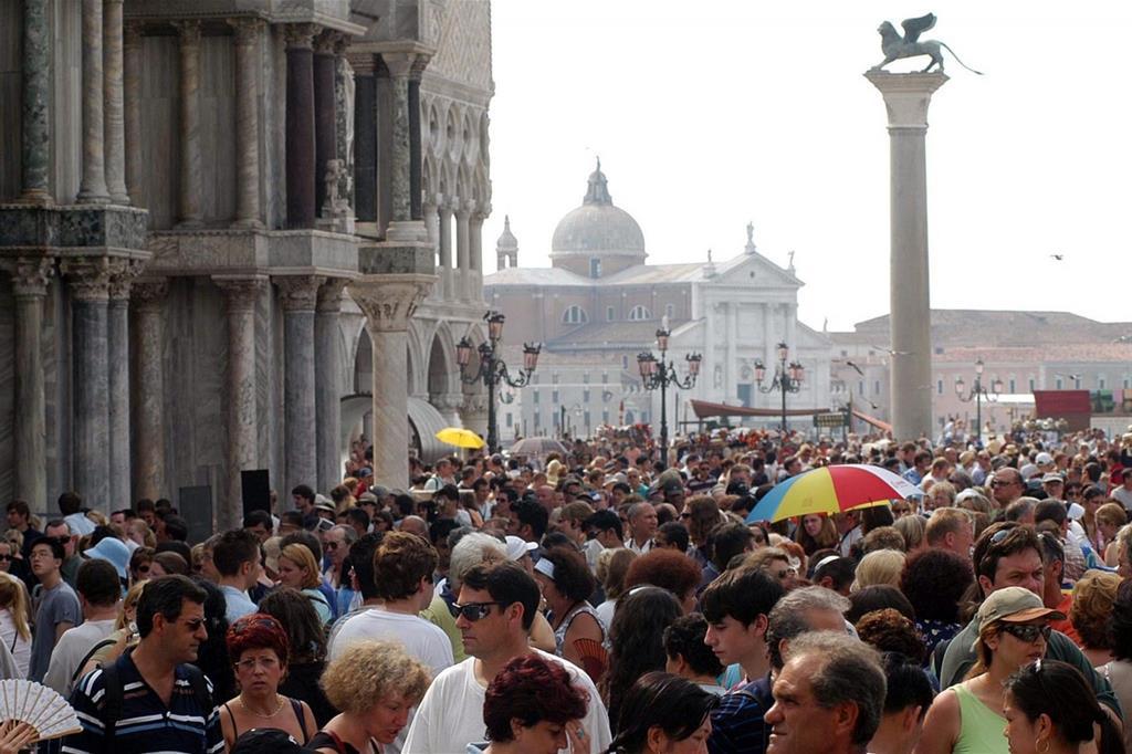 Turisti a Venezia (Ansa)