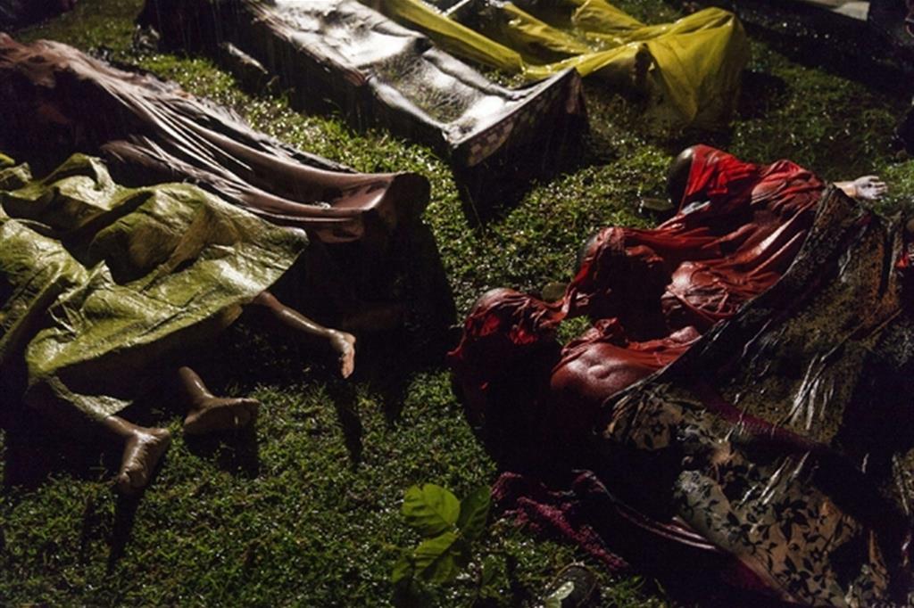 La foto è di Patrick Brown, Panos Pictures, per Unicef. I corpi di rifugiati rohingya morti dopo che l'imbarcazione su cui provavano a scappare dal Myanmar si è ribaltata a circa otto chilometri al largo della spiaggia di Inani Beach, vicino a Cox's Bazar, Bangladesh. Sulla barca c'erano circa 100 persone. Ci sono stati 17 sopravvissuti