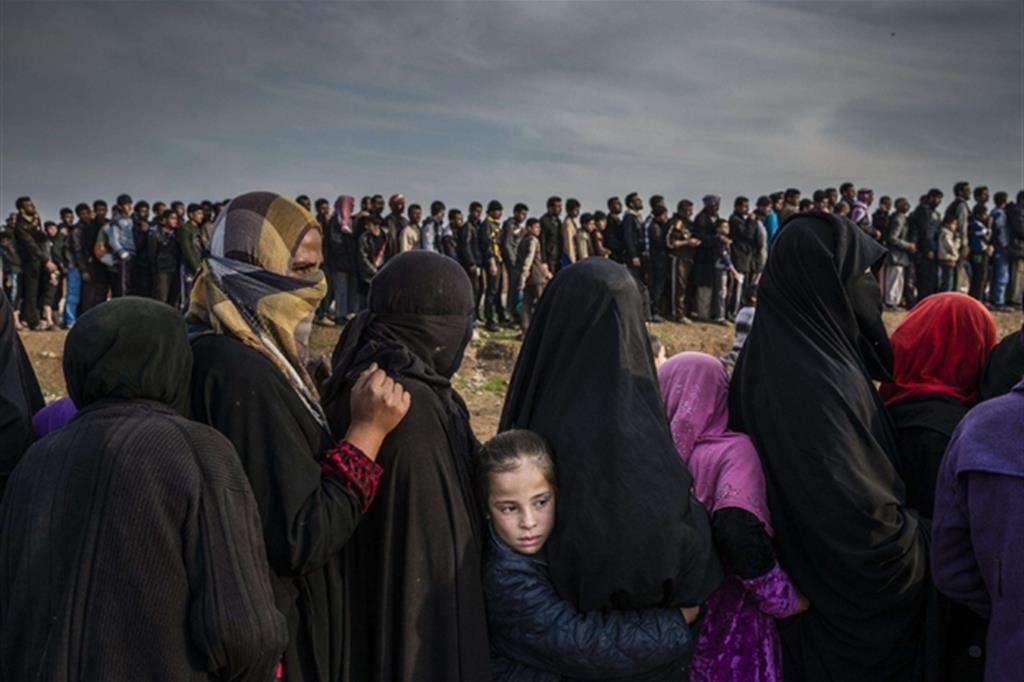 La foto è di Ivor Prickett, The New York Times. Civili che sono rimasti a Mosul ovest dopo la battaglia per riprendere la città, si mettono in fila per ricevere aiuti nel quartiere di Mamun.