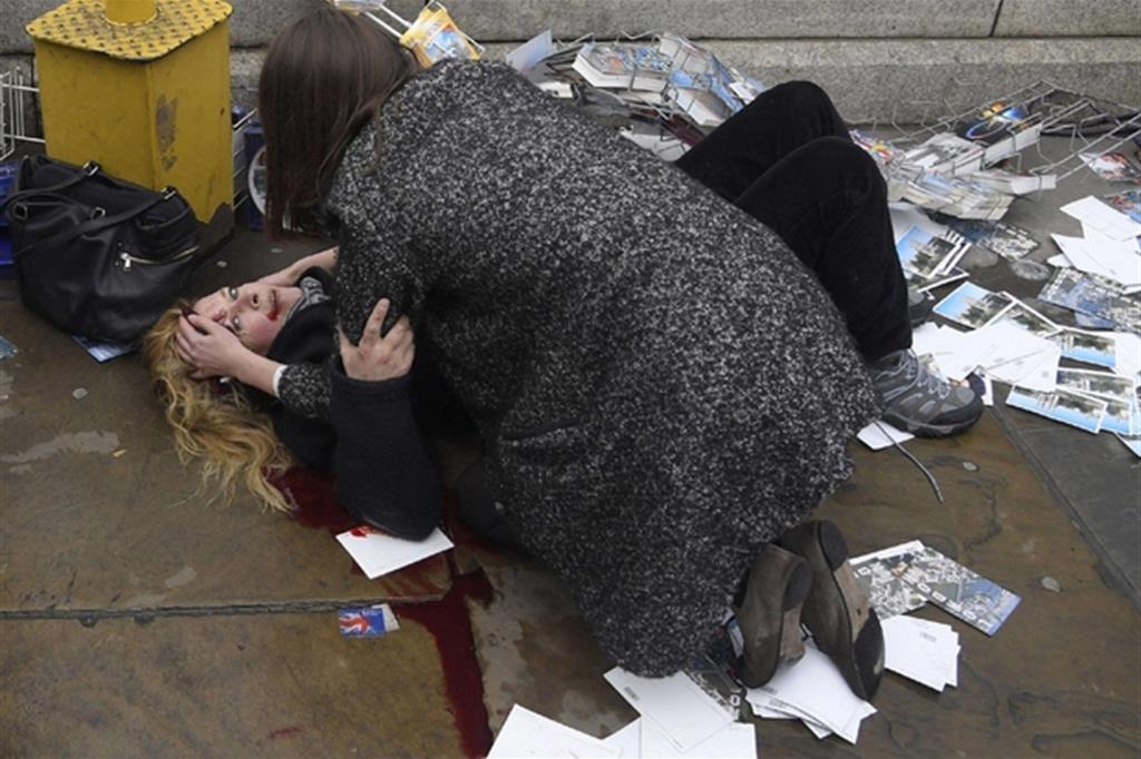 La foto è di Toby Melville, Reuters. Una passante consola una donna ferita dopo che Khalid Masood ha investito i pedoni sul ponte di Westminster a Londra, nel Regno Unito, uccidendo cinque persone e ferendone altre.