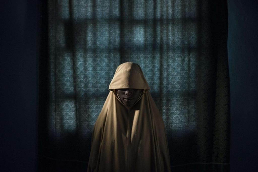La foto è di Adam Ferguson, The New York Times. Aisha in posa per un ritratto a Maiduguri, stato di Borno, Nigeria. Dopo essere stata rapita da Boko Haram, Aisha doveva compiere un attentato suicida, ma è riuscita a scappare.  Dal 29 agosto al 22 settembre 2017 Ferguson ha realizzato ritratti delle ragazze rapite da Boko Haram a cui è stato ordinato di farsi saltare in aria in zone affollate, ma sono riuscite a scappare. (Tutte le foto Ansa)