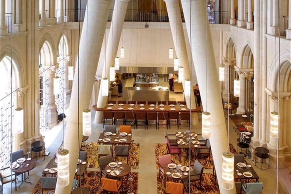 Il ristorante dell'Hotel Mercure a Poitiers. L'albergo occupa la chiesa dei Gesuiti, costruita nel XIX secolo