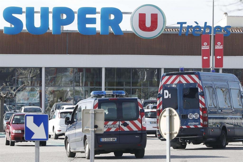 Il supermercato di Trebès, nel sud-ovest della Francia, dove il terrorista ha fatto irruzione (Ansa)