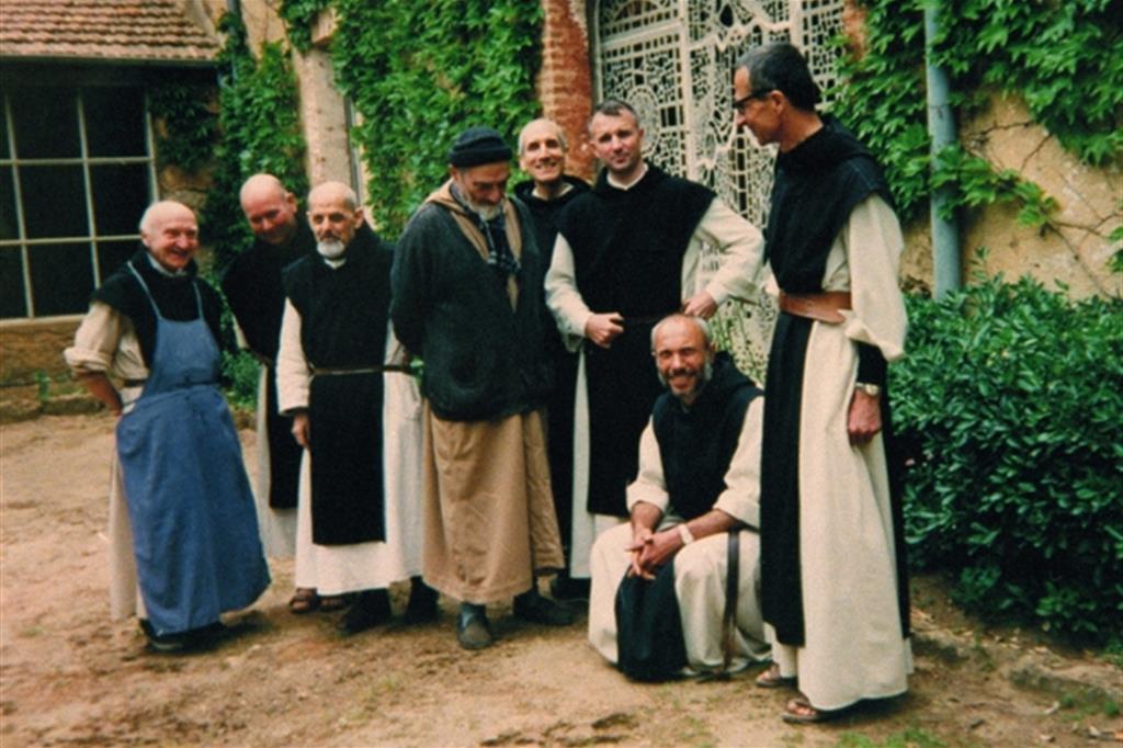 """Nella notte tra il 26 e il 27 marzo del 1996 un commando formato da una ventina di uomini armati irruppe nel monastero trappista di Notre Dame dell'Atlante, 90 chilometri a sud di Algeri. Sette dei nove monaci francesi della comunità furono sequestrati: Luc Dochier, Bruno Lemarchand, Célestin Ringeard, Christian de Chergé, Paul Favre-Miville, Michel Fleury e Christophe Lebreton. L'operazione fu rivendicata dal """"Gia"""", Gruppo islamico armato, un'organizzazione terroristica la cui azione si intensificò dopo il colpo di Stato del 1992, quando l'esercito impedì il secondo turno delle elezioni che avrebbero visto la vittoria del """"Fronte islamico di salvezza"""". Il 21 maggio i terroristi annunciarono l'uccisione dei monaci, le cui teste furono ritrovate il 30 maggio, mentre i corpi non furono mai ritrovati. I religiosi erano ben consapevoli della situazione di pericolo in cui si trovavano, malgrado ciò decisero di non abbandonare il monastero, per fedeltà alla loro missione. I due trappisti scampati al sequestro si trasferirono nel monastero trappista di Fès in Marocco."""