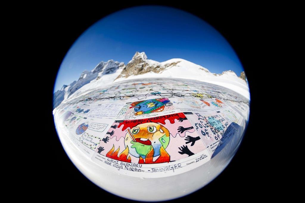 Mosaico da record coi disegni dei bambini per dire stop al riscaldamento globale