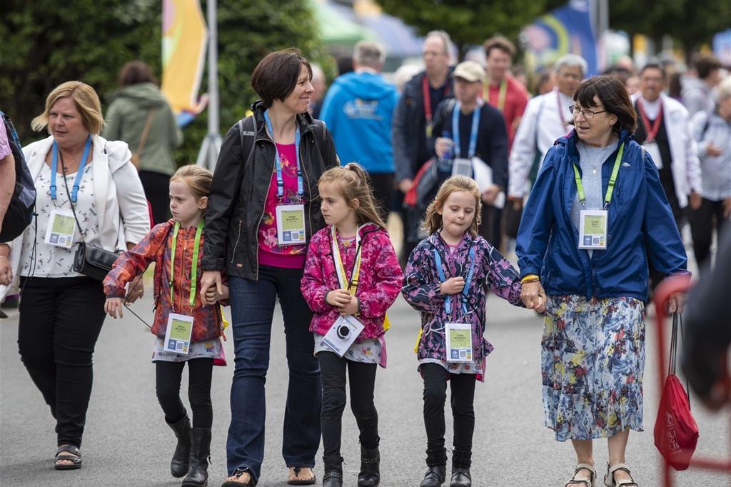 Genitori e figli all'Incontro mondiale delle famiglia a Dublino (foto Zunino)