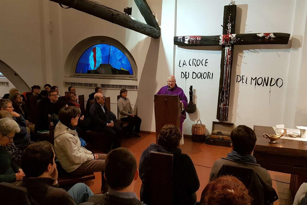Il cardinale Bassetti celebra la Messa all'Arsenale della pace (Foto Gambassi)