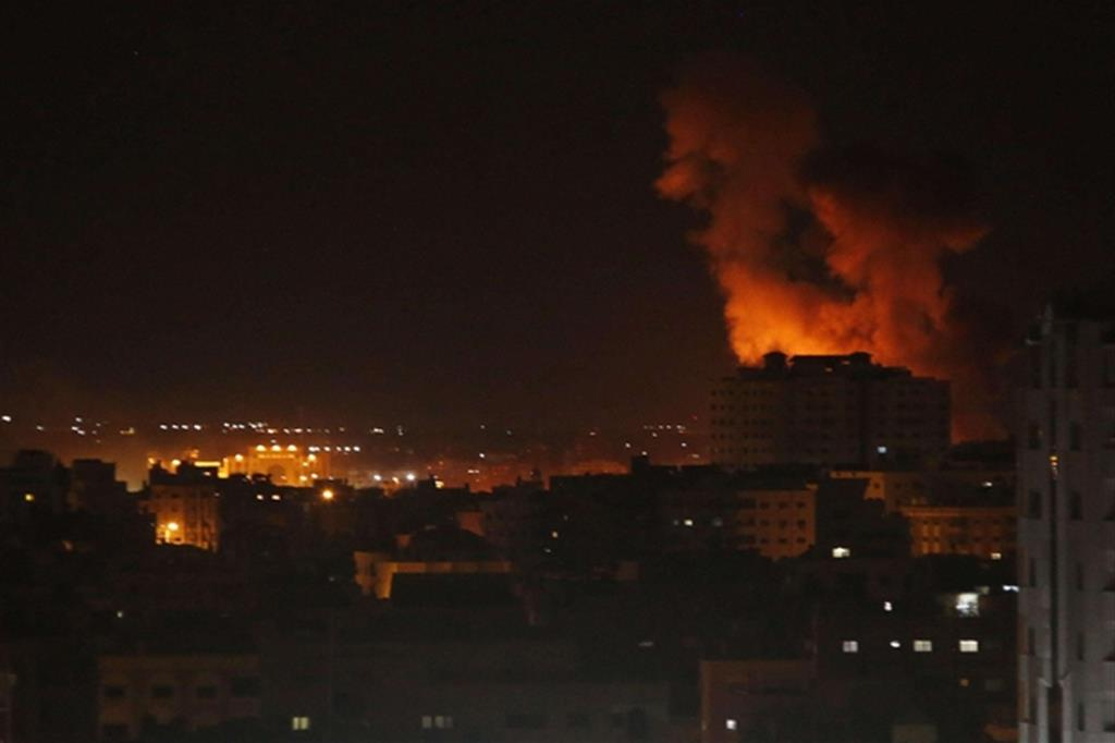 Le fiamme provocate dai bombardamenti aerei israeliani a Gaza City (Ansa)