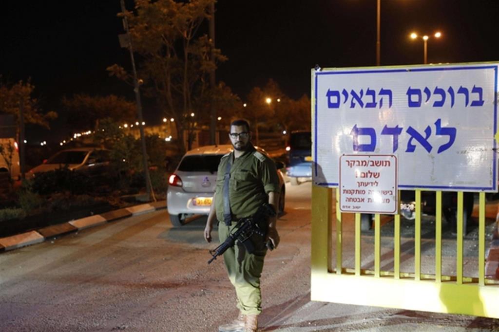 L'ingresso dell'insediamento di Adam vicino Ramallah in Cisgiordania (Ansa)