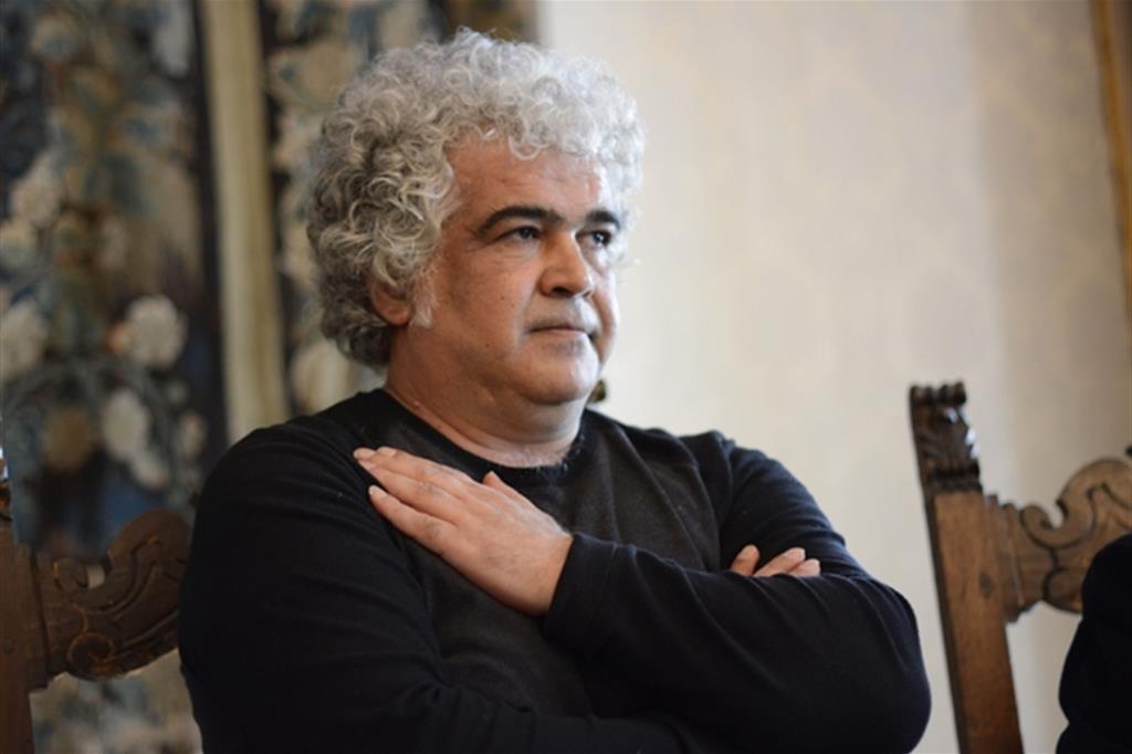 Khaled Kalifa, nato ad Aleppo nel 1964, è scrittore, poeta e sceneggiatore