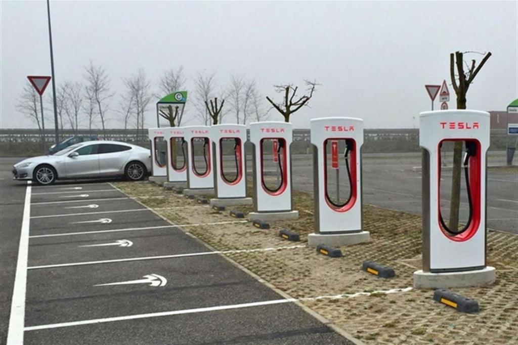 Più di 200 colonnine in Italia: Tesla dà la scossa