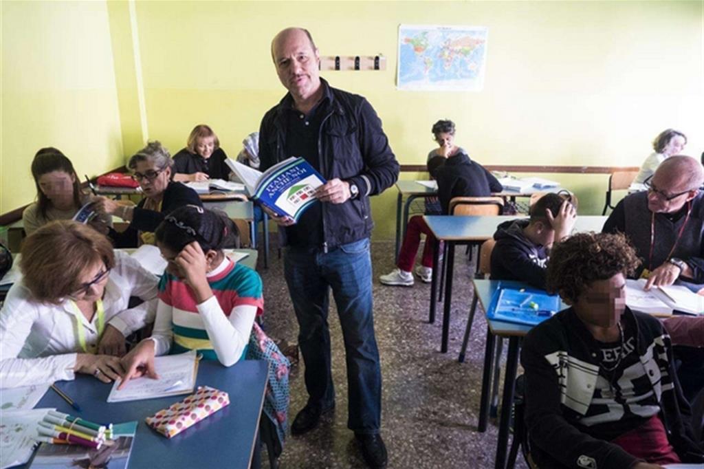 Lo scrittore Eraldo Affinati in una classe durante il programma «Italiani anche noi» su Tv 2000