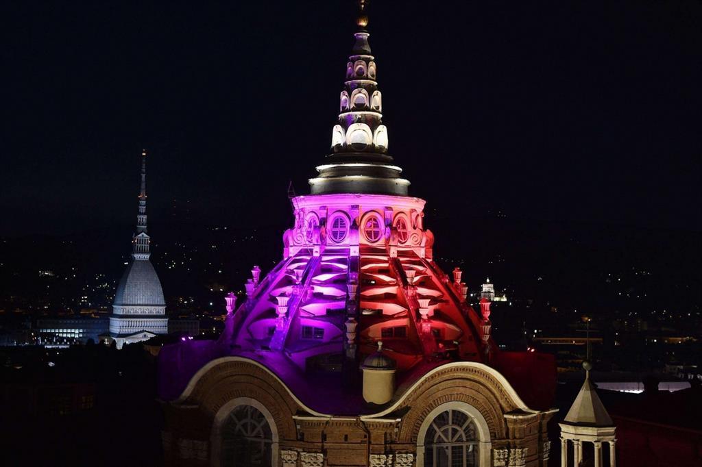 La nuova illuminazione a colori della Cupola (Ansa) -