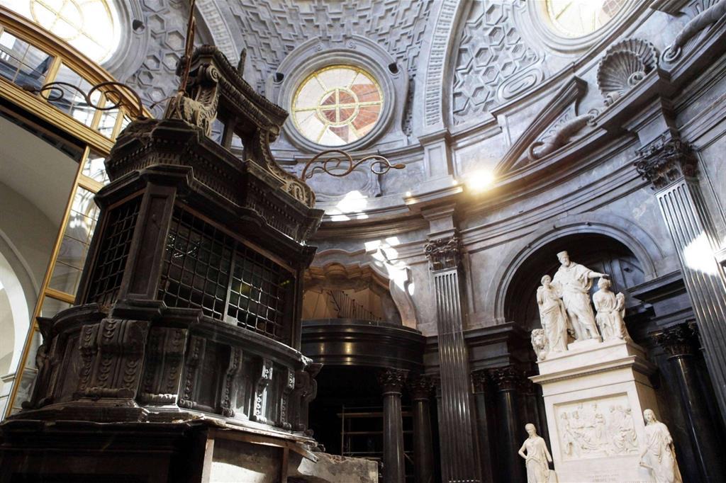 La Cappella custodiva la Sindone, che fu tratta in salto dai vigili del fuoco la notte dell'incendio del 1997 (Ansa) -
