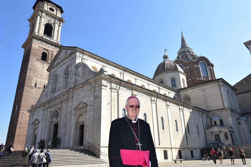 L'arcivescovo Cesare Nosiglia davanti alla cattedrale di Torino, in occasione dell'inaugurazione della Cappella della Sindone (Ansa) -