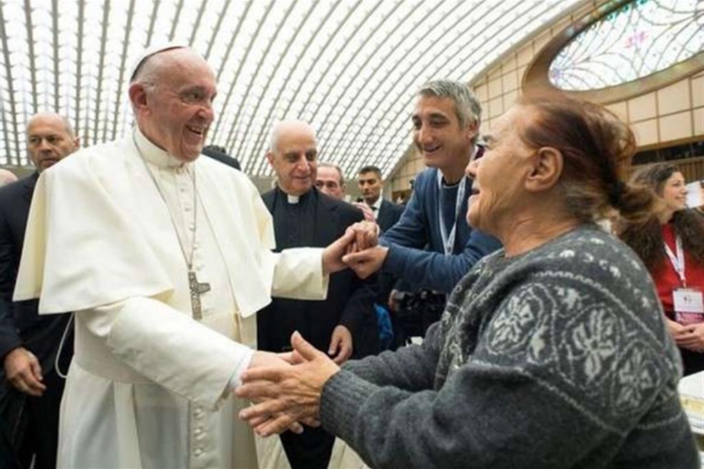 Papa Francesco ha ricordato ancora una volta che i poveri hanno bisogno non solo di cibo, vestiti e un posto per dormire ma anche di una parola amica, di un sorriso e di occasioni di svago