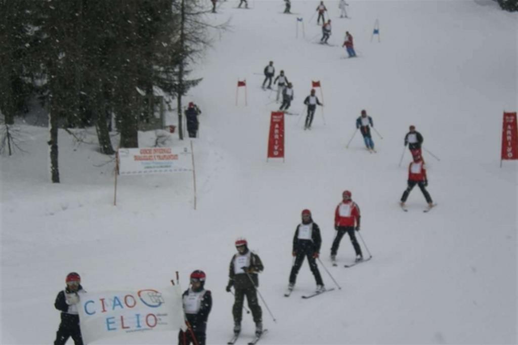 I partecipanti ai Giochi in parata per ricordare l'amico Elio Ceccon morto nel 2001 in un incidente sugli sci