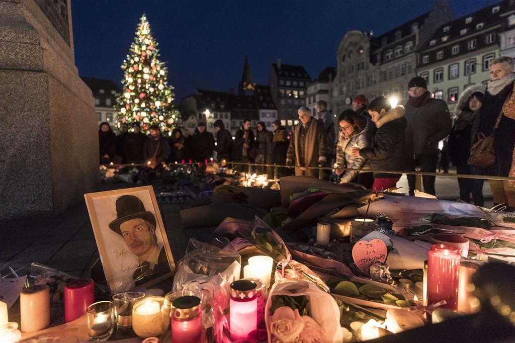 Preghiere per le vittime a Strasburgo (Ansa)