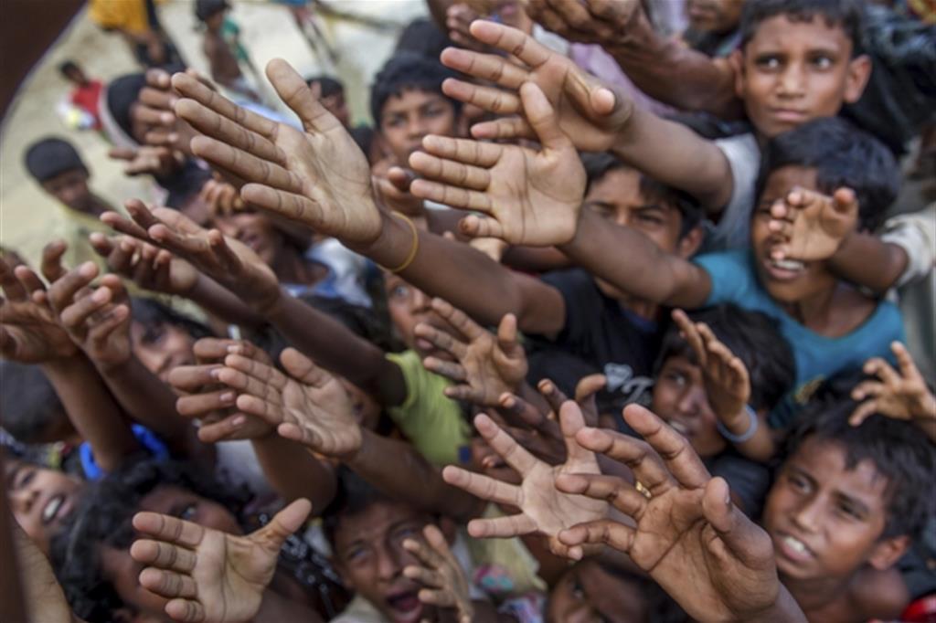 Bimbi in cerca di cibo in un campo profughi di Rohingya nel Bangladesh (Ansa)