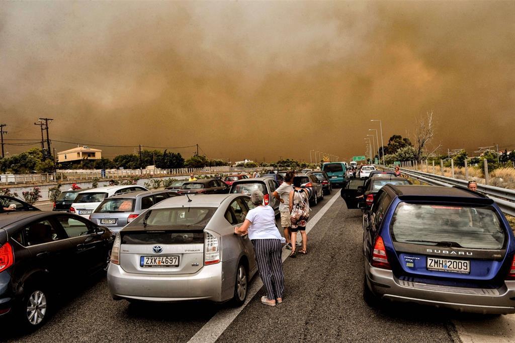 La strada nazionale vicino ad Atene chiusa per il grande rogo -