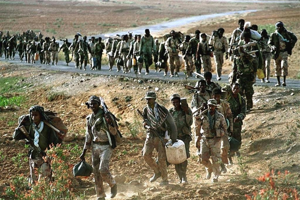 Truppe eritree, in un'immagine d'archivio, in marcia a ridosso del confine  con l'Etiopia