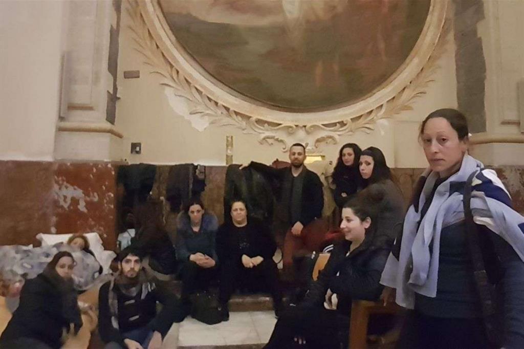 Un gruppo di sfrattate ospitate nel duomo di Catania