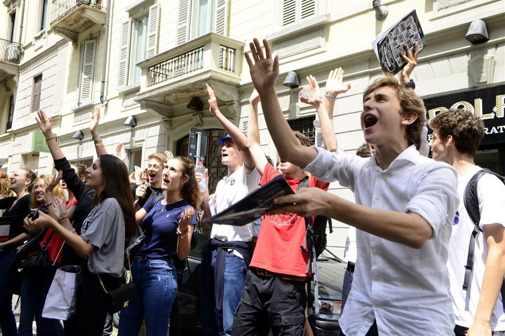 Un gruppo di giovani fuori da una scuola superiore (Fotogramma)