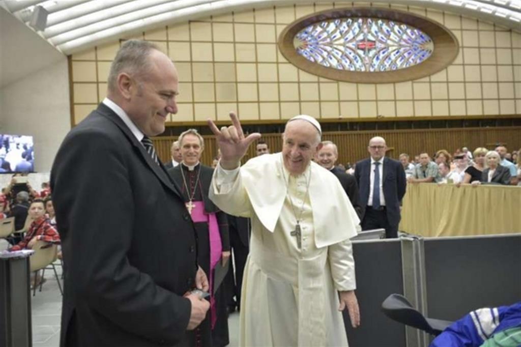 Risultati immagini per papa francesco fa le  corna