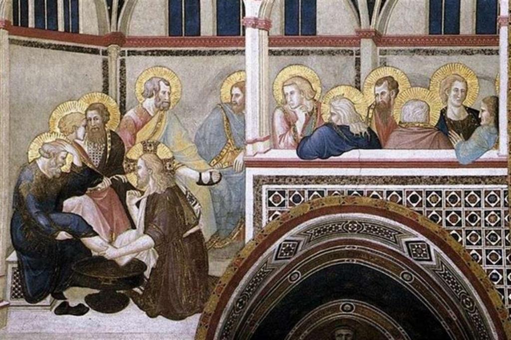 """L'umile servizio di Gesù ai discepoli ha sollecitato molti pittori. Nell'immagine il dipinto """"Lavanda dei piedi"""" di Pietro Lorenzetti. Si tratta di un affresco che fa parte delle Storie della Passione di Cristo nel transetto sinistro della Basilica inferiore di San Francesco ad Assisi. Il ciclo è databile 1310-1319."""