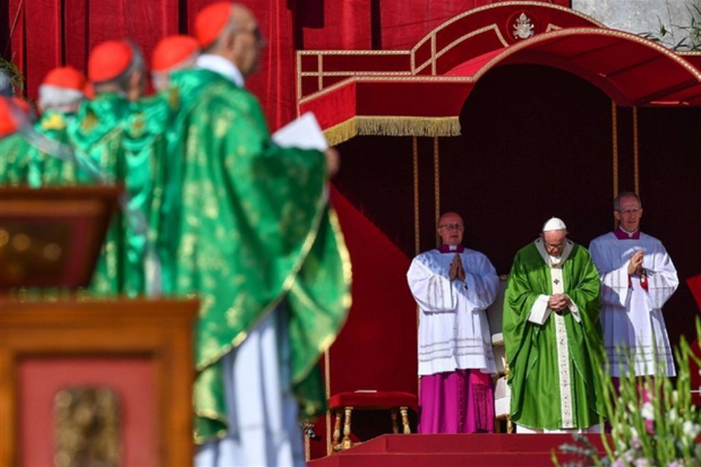 Il Papa: cambiamo ciò che ci paralizza e separa dai giovani
