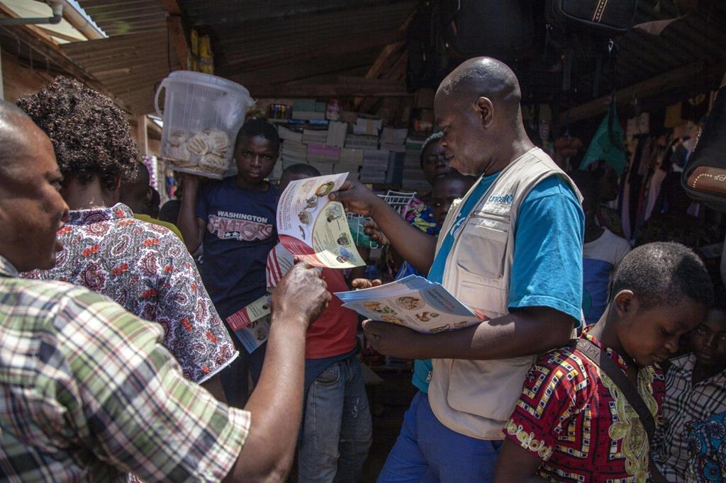 Funzionari Unicef distribuiscono opuscoli antiebola in Congo, Ansa