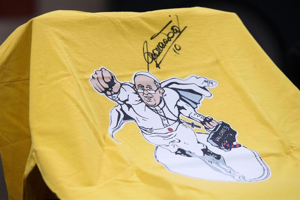 L'8 febbraio viene presentata in Vaticano l'iniziativa internazionale #OrdinaryHeroes, eroi di tutti i giorni: ecco la maglia dedicata a papa Francesco, firmata in quell'occasione dall'ex capitano della AS Roma, Francesco Totti (Ansa) -