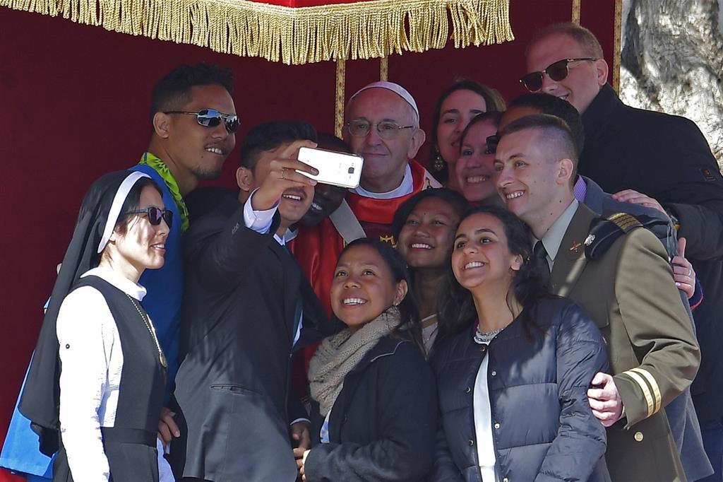 Il 25 marzo il Papa presiede la Messa delle Palme alla presenza di numerosi giovani. Ecco un selfie con alcuni partecipanti alla Riunione Pre Sinodale in vista del Sinodo sui Giovani di ottobre (Siciliani) -