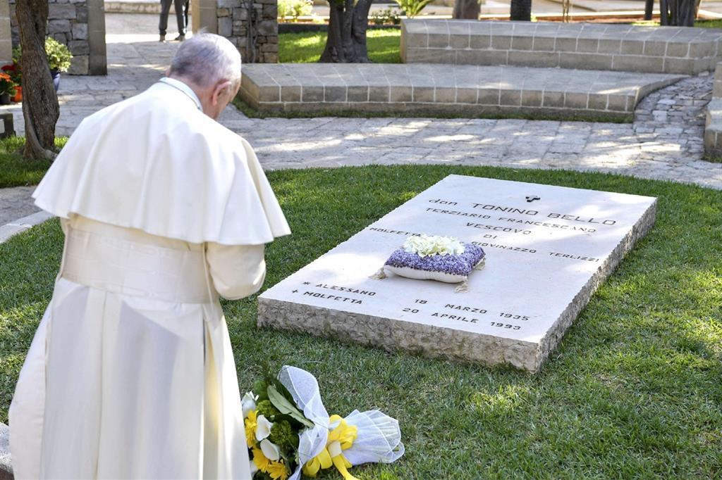 Il 20 aprile papa Francesco prega sulla tomba di don Tonino Bello nel cimitero comunale di Alessano (Fotogramma) -
