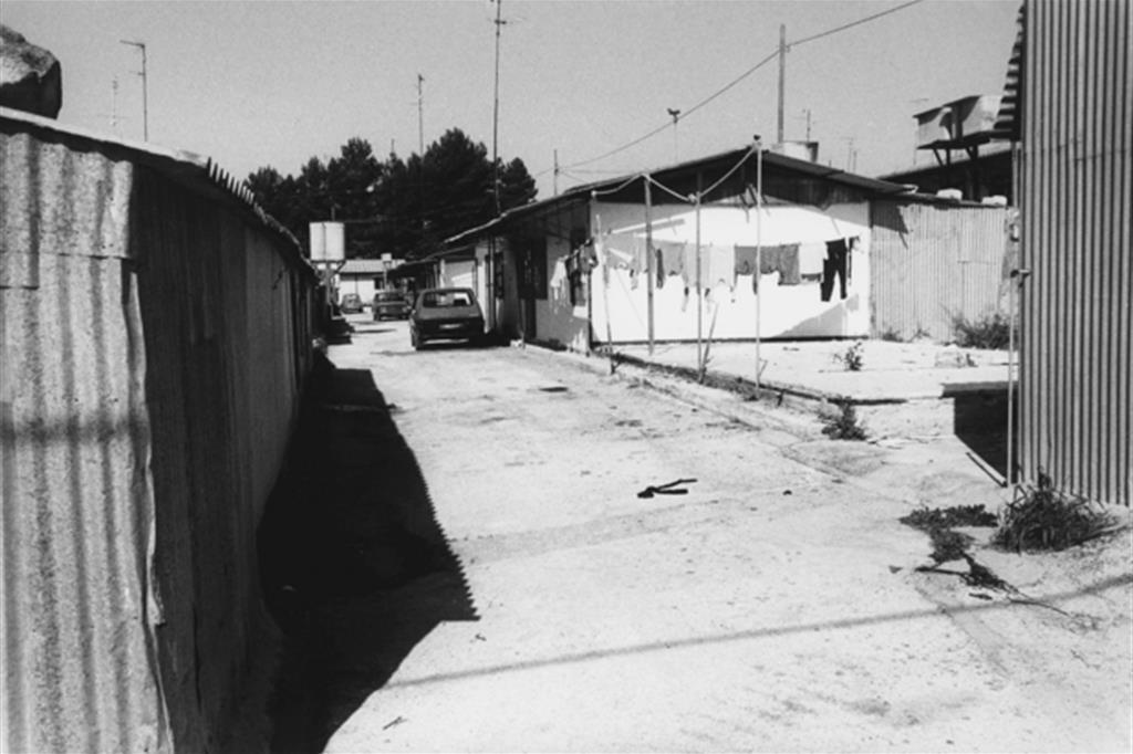 La baraccopoli di Santa Margherita in Belice (Archivio Ansa). Nel 50esimo della tragedia, i bambini di allora, sopravvissuti o nati in quei giorni, consegneranno alcune targhe alla memoria. -