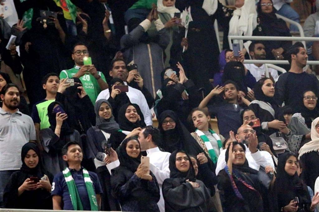 Le donne per la prima volta nella tribuna dello stadio di Gedda Ansa