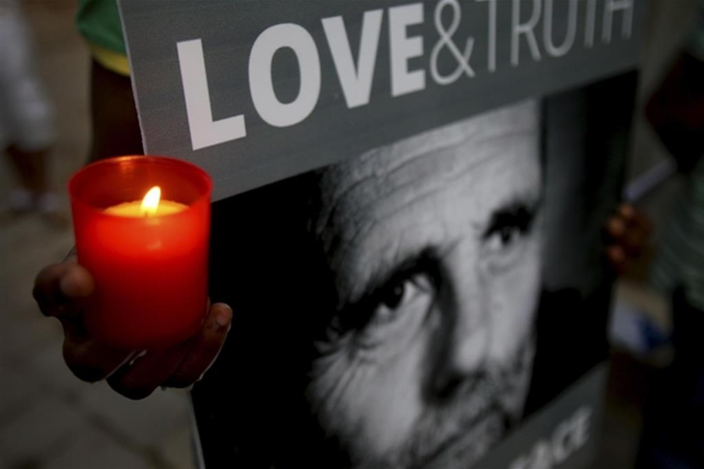 Una veglia di preghiera per padre Paolo Dall'Oglio, rapito a Raqqa il 29 luglio 2013 (Ansa)