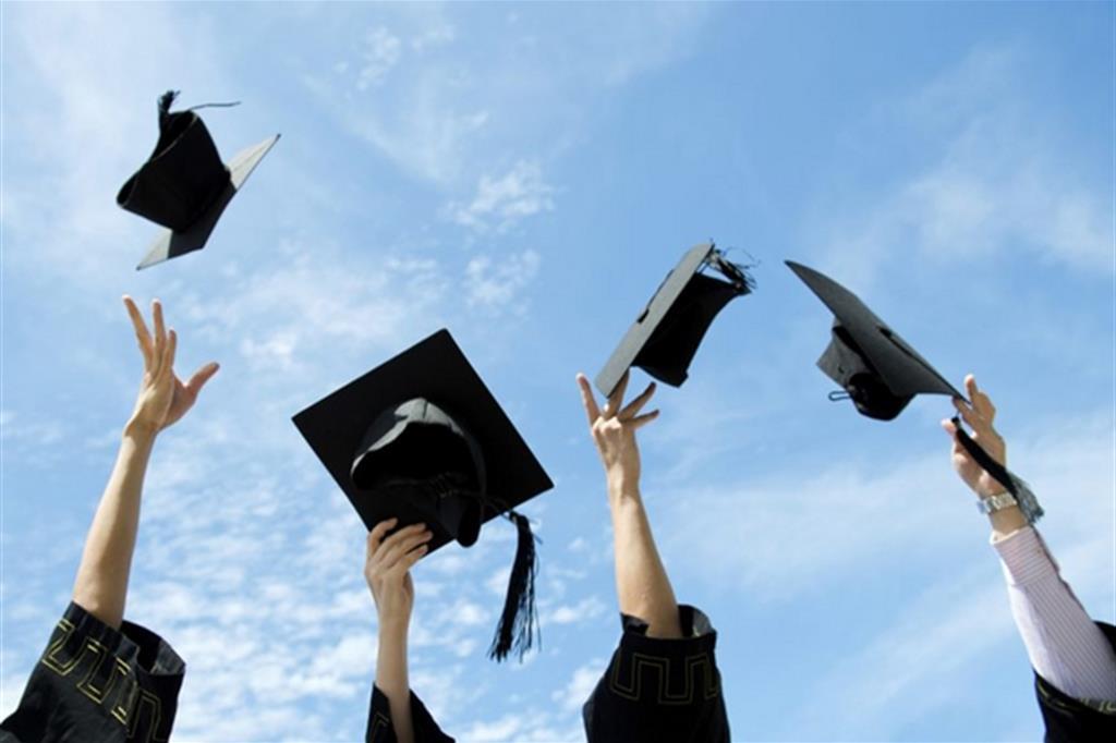 Più lavoro con la laurea, ma lo stipendio è basso