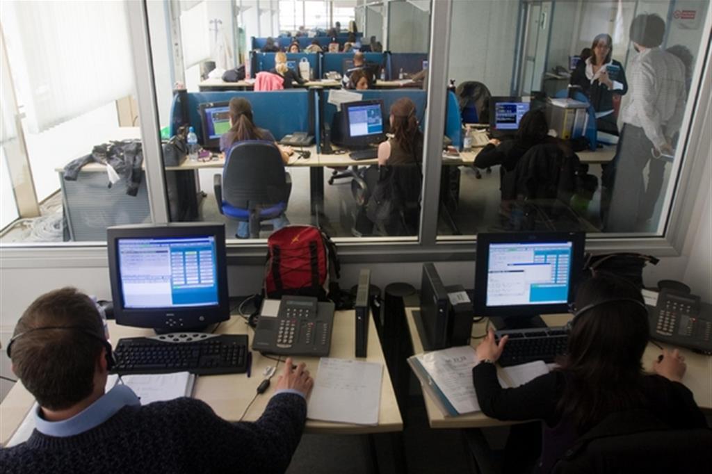 Giovani al lavoro in un call center (archivio Emblema)