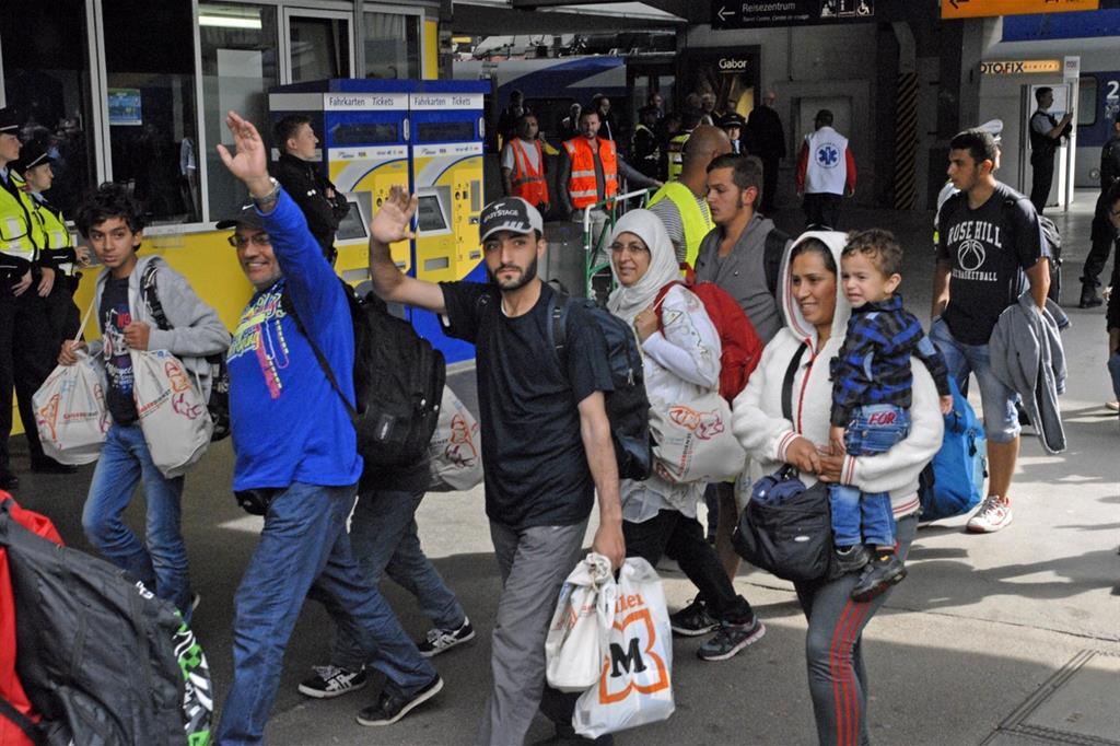 L'arrivo dei profughi alla stazione di Monaco nel 2015 (Ansa)