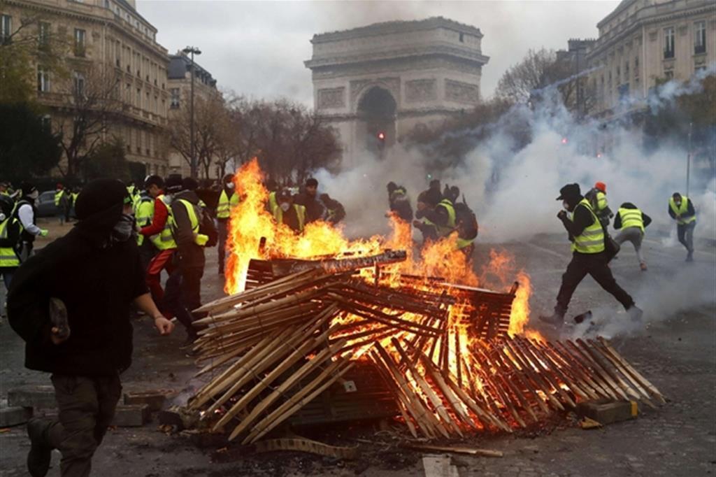 Risultati immagini per immagini di scontri a parigi
