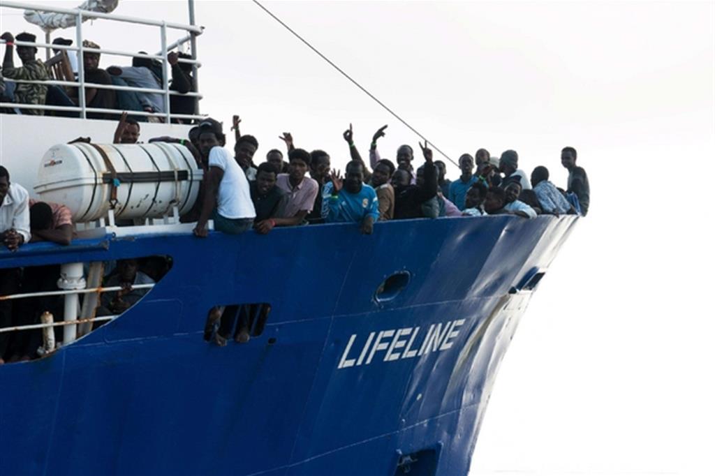 La nave della Ong tedesca Mission Lifeline ancora bloccata in mare (Ansa)