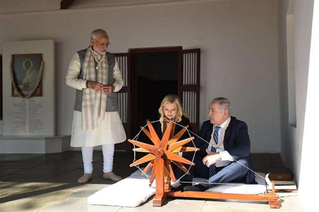 Benjamin Netanyahu  ad Ahmedabad, in India, con la moglie Sarah (Ansa)