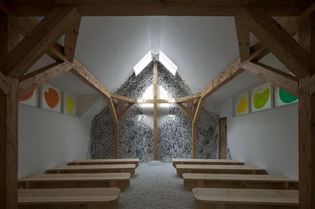 """L'interno della """"capanna"""" del giapponese Teronobu Fujimori, dove la croce s'innesta nell'elemento strutturale (Alessandra Chemollo)"""