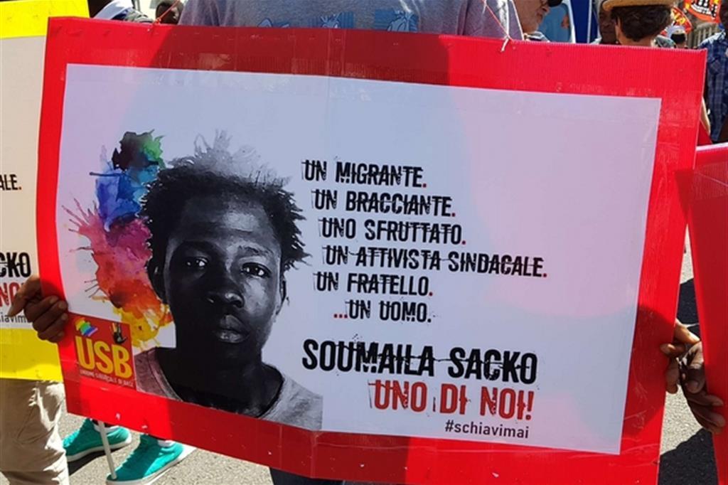 Un cartello ricorda il giovane Soumaila Sacko (Fotogramma)