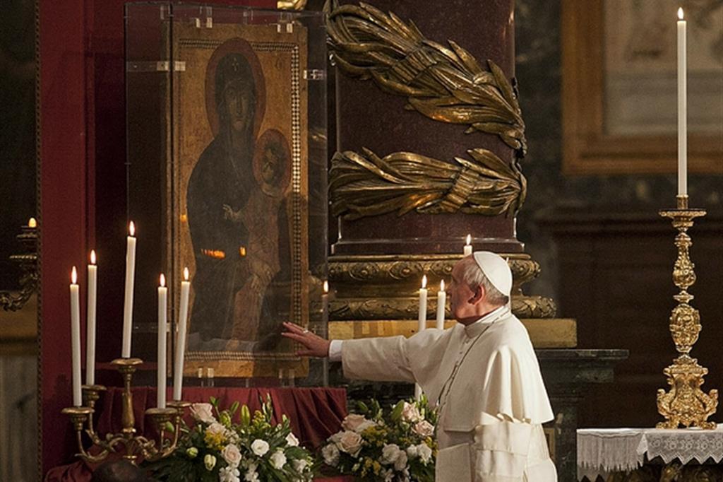 Una delle tante visite di preghiera del Papa nella Basilica di Santa Maria Maggiore. (Ansa)