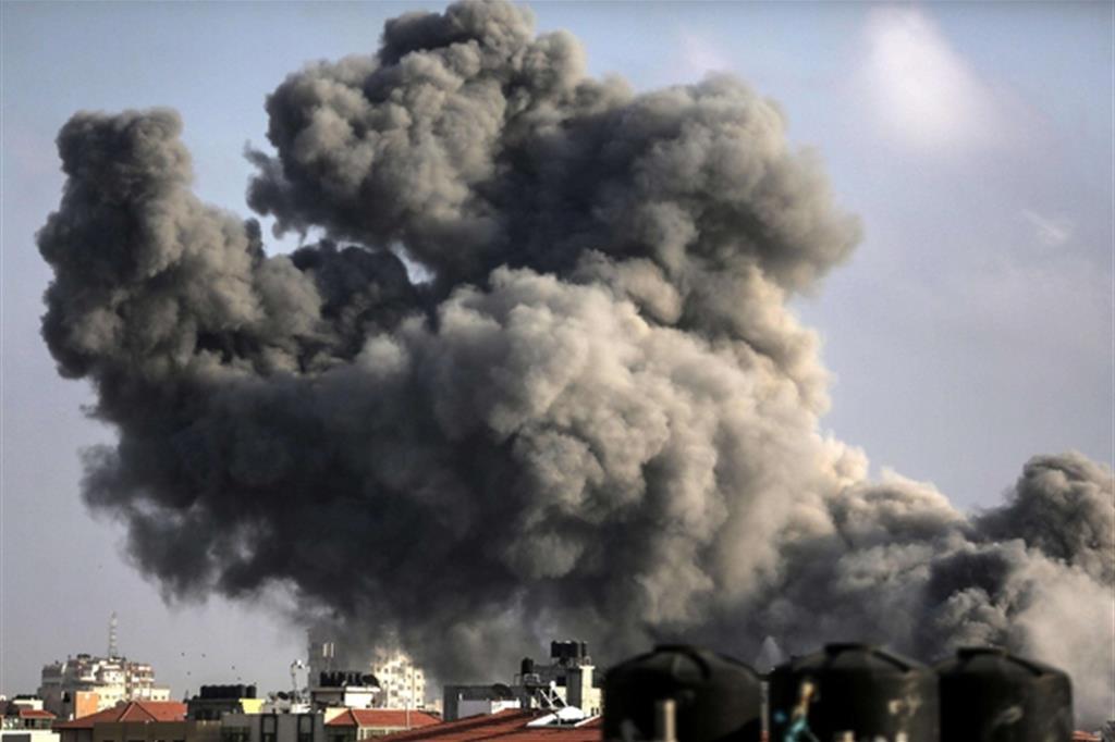 Gli effeti dei bombardamenti dei caccia israeliani a Gaza City in risposta ai lanci di missili dalla Striscia contro Sderot (Ansa)