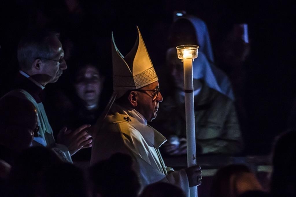 Papa Francesco durante la veglia pasquale in San Pietro (Siciliani)